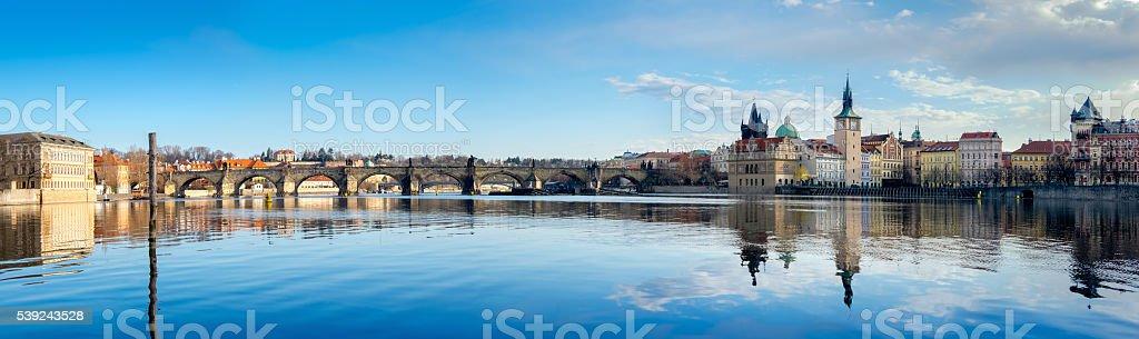 Praga y Charles puente refleja en el Río Vltava foto de stock libre de derechos