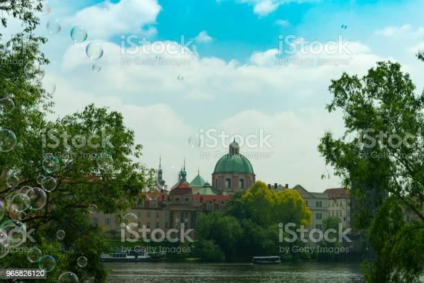 Praag Uitzicht Over De Oude Stad Door De Rivier In Het Vliegen Van Zeepbellen Tegen De Achtergrond Van De Stad Stockfoto en meer beelden van Architectuur