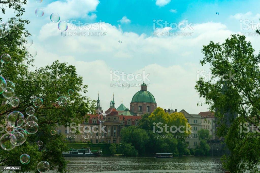 Praag, uitzicht over de oude stad door de rivier in het vliegen van zeepbellen tegen de achtergrond van de stad - Royalty-free Architectuur Stockfoto