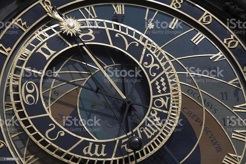 Reloj astronómico de praga en la Plaza de la ciudad antigua - foto de stock