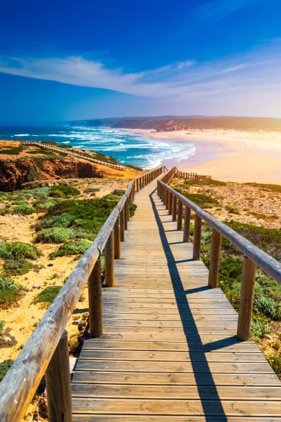 Praia da Bordeira und Strandspaziergänge, die Teil des Weges der Gezeiten oder Pontal da Carrapateira Spaziergang in Portugal. Der Blick auf die Praia da Bordeira ist auf Portugiesisch. Bordeira, Algarve, Portugal. – Foto