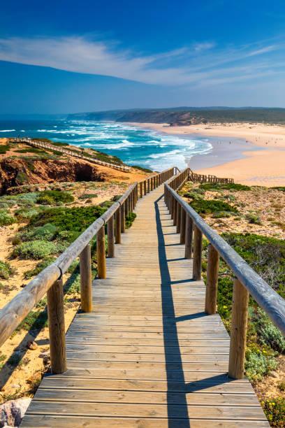 Praia da Bordeira und Promenaden, die Teil der Gezeitenpfade oder Pontal da Carrapateira Wanderung in Portugal sind. Erstaunliche Aussicht auf den Praia da Bordeira auf Portugiesisch. Bordeira, Algarve, Portugal. – Foto