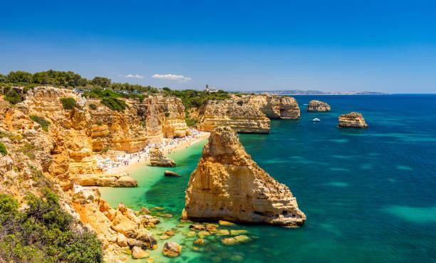 praia da marinha, prachtige strand marinha in algarve, portugal. navy beach (praia da marinha), een van de meest beroemde stranden van portugal, gelegen aan de atlantische kust in lagoa gemeente, algarve. - portugal stockfoto's en -beelden