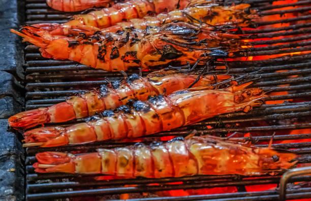 prawn or tiger shrimp cooking flaming grill food background - peixe na grelha imagens e fotografias de stock