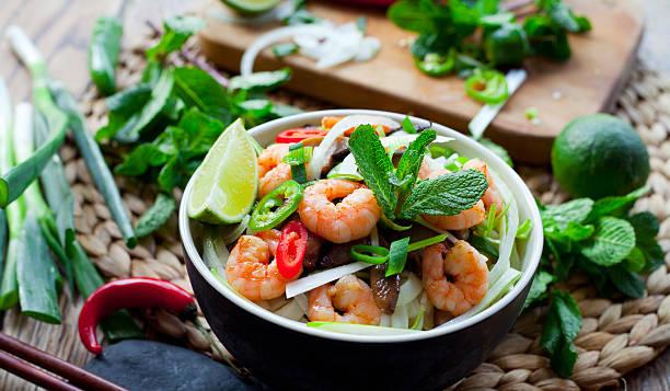 prawn rice noodles asian food - thai food stockfoto's en -beelden