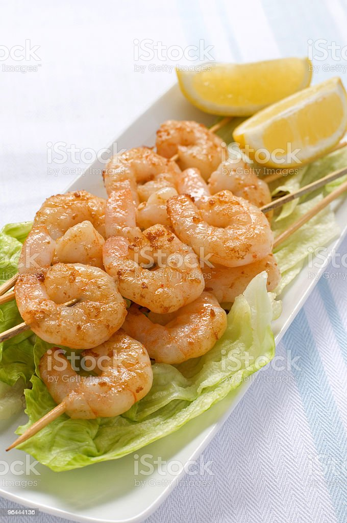 Espetinhos de camarão com alface e fatias de limão - Foto de stock de Alface royalty-free