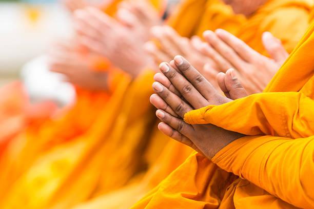 rezar para fe en budismo - hermano fotografías e imágenes de stock