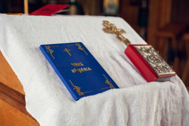 gebetsbücher und ein kruzifix auf dem tisch - achtsamkeit persönlichkeitseigenschaft stock-fotos und bilder