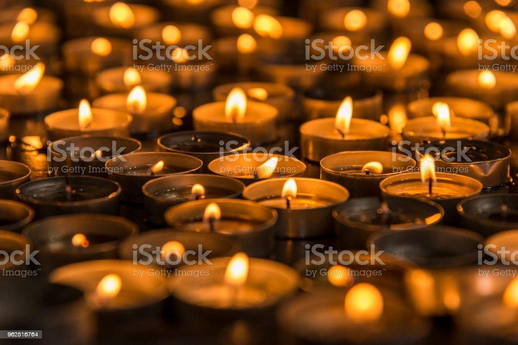 Oração numa igreja de velas - Foto de stock de Chama royalty-free