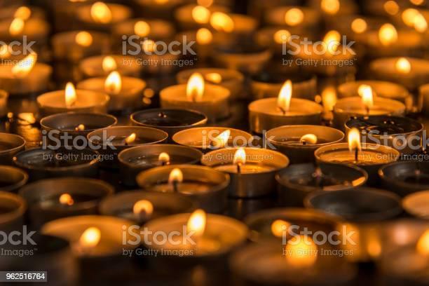 Foto de Oração Numa Igreja De Velas e mais fotos de stock de Chama