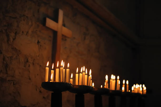 Gebet Kerzen mit religiösen Kreuz – Foto