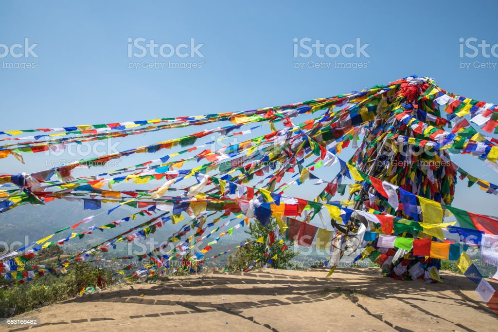 Namobuddha 수도원 근처 기도 플래그 마운틴입니다. royalty-free 스톡 사진