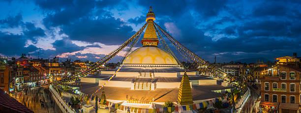 Oración flags budista por estupa iluminado panorama en Boudhanath Katmandú Nepal - foto de stock