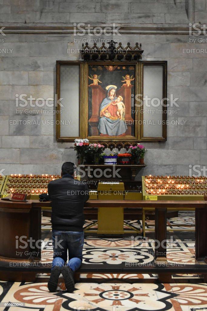 Milão, Itália - 2 de fevereiro de 2017: Oração benzer na frente do ícone da Virgem Maria na Catedral de Milão - foto de acervo