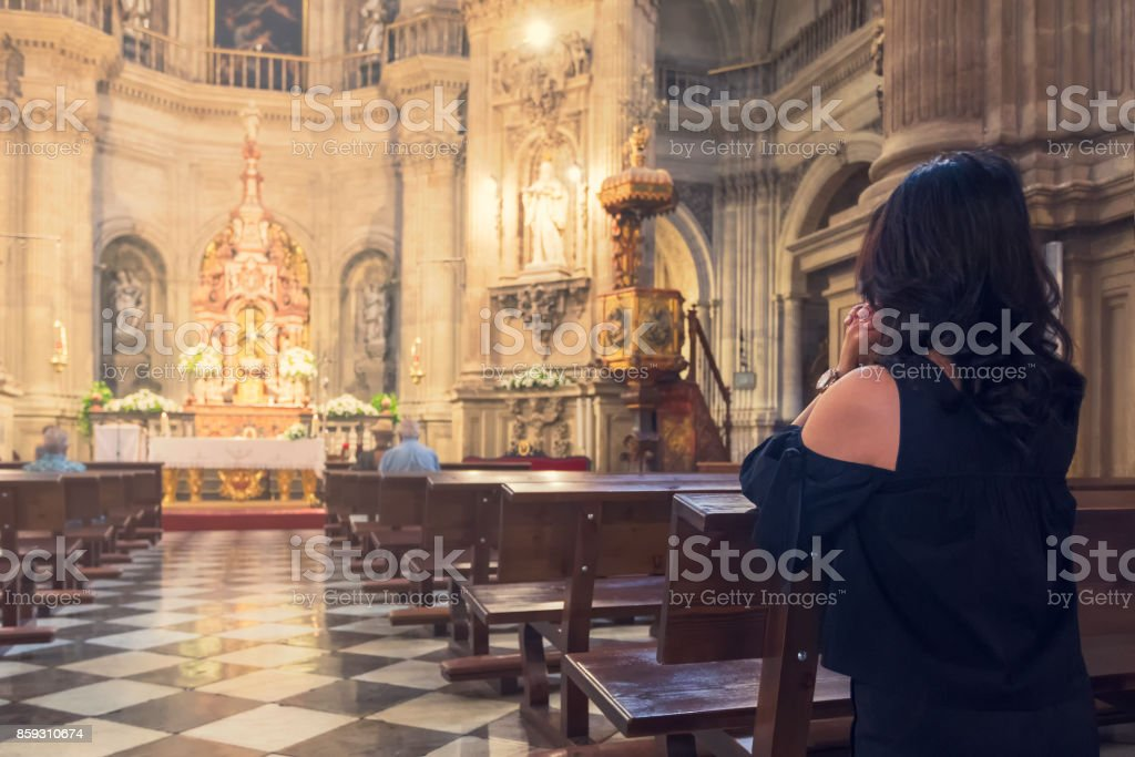 Oração em uma Igreja Católica - foto de acervo