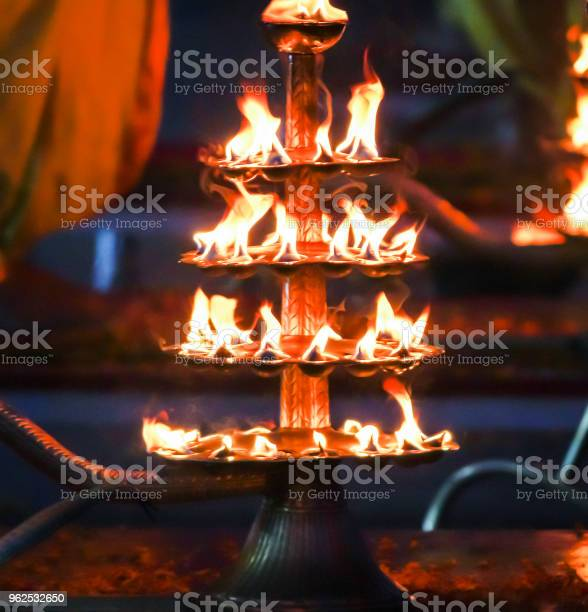 Foto de Oração Lâmpadas Índia Rishikesh Ganges Oferecendo Orações e mais fotos de stock de Aarti - Rezar