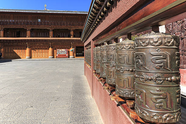prayer wheels in a tibetan temple of shuhe old town - lost 뉴스 사진 이미지