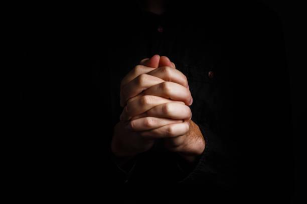 在黑色背景上祈禱手 - 大比大 聖經人物 個照片及圖片檔