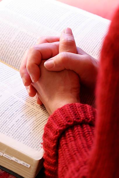 Mãos de oração - foto de acervo