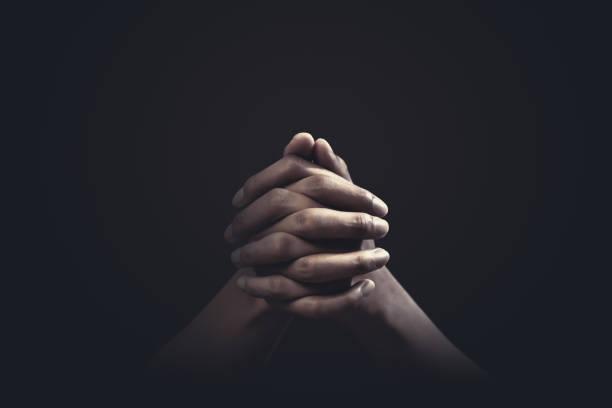 在黑暗的背景中,用對宗教和信仰的雙手祈禱。希望、愛和奉獻的力量。 - prayer 個照片及圖片檔
