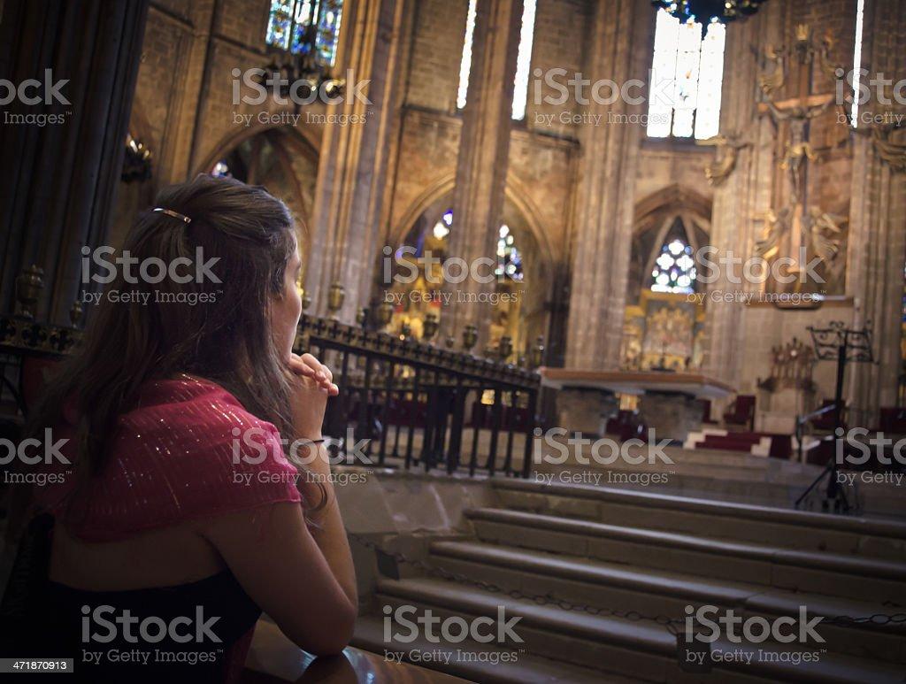 Prier dans l'église - Photo