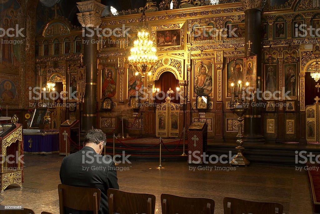 Pregare in chiesa foto stock royalty-free
