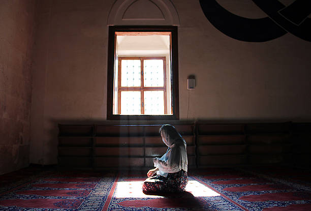 beten in edirne selimiye-moschee - selimiye moschee stock-fotos und bilder