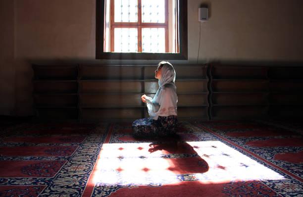 in edirne selimiye moschee beten - selimiye moschee stock-fotos und bilder