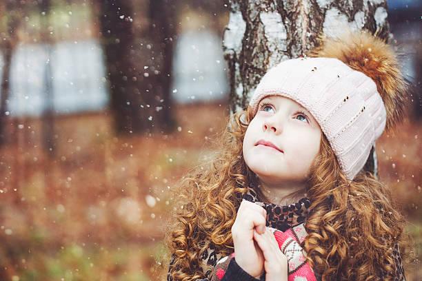 Praying little girl looking up – Foto