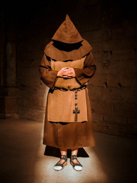monje orando en la catedral - hermano fotografías e imágenes de stock