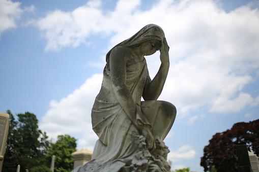 Foto de Rezando A Mãe Virgem Maria Madonna Estátua Monumento No Cemitério e mais fotos de stock de Amor