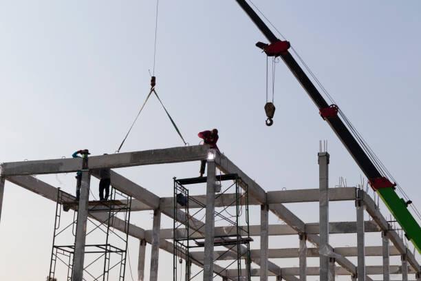 viga de hormigón prefabricado instalada en el sitio de construcción por grúa móvil - foto de stock