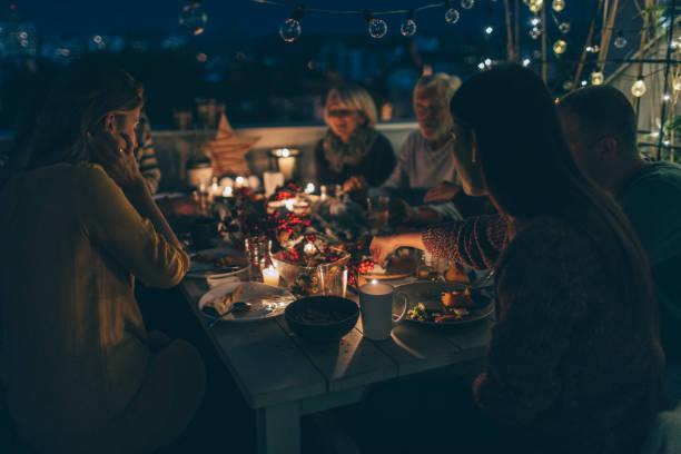 kostbare momente mit der familie während thanksgiving-dinner - herbst kerzen stock-fotos und bilder