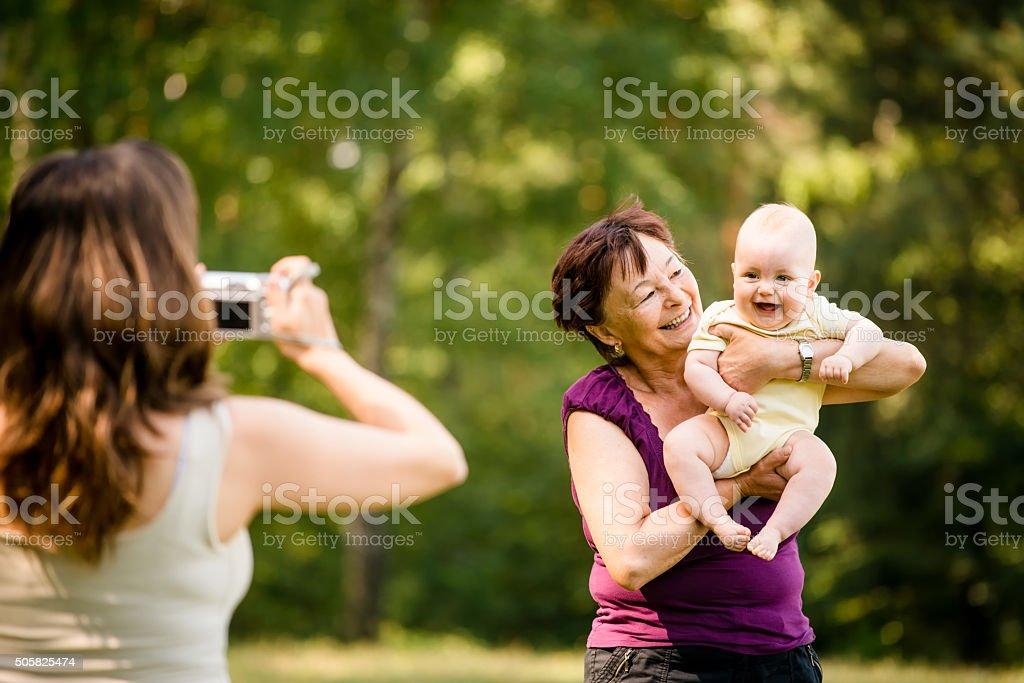 Souvenirs précieux grand-mère avec un bébé - Photo