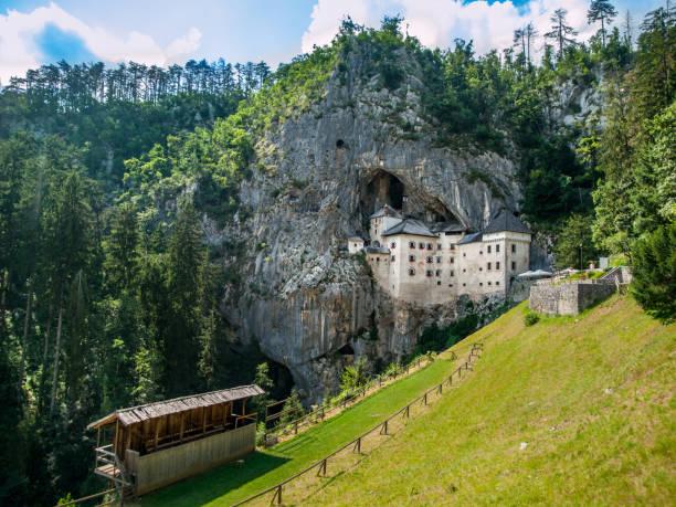 château de predjama - slovénie photos et images de collection