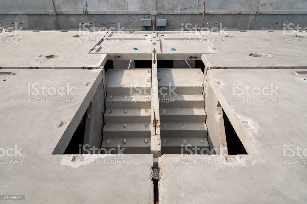 プレハブ コンクリート床版パネルは、建設現場で、階段を持ってください。 - コンクリートのロイヤリティフリーストックフォト