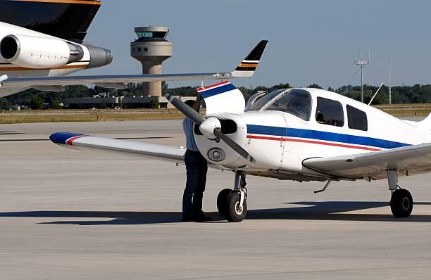 preflight inspektion - flugschule stock-fotos und bilder
