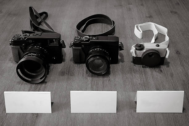 schwangerschaftsmode – ankündigungen mit vintage-kameras mit leeren notizen. - sprüche zur schwangerschaft stock-fotos und bilder