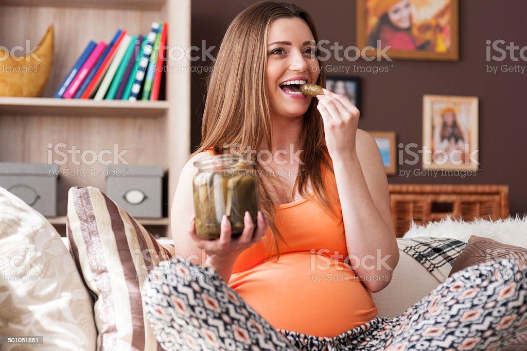 Hermosa mujer embarazada comiendo encurtidos - foto de stock