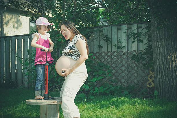 Embarazada de vientre bomba estúpida - foto de stock