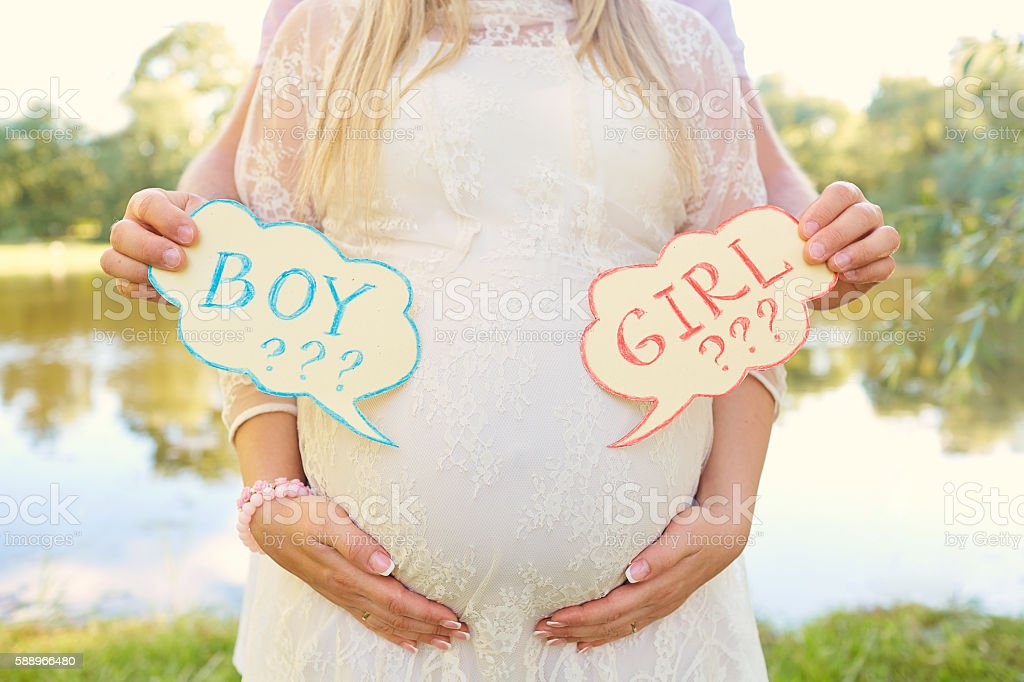 Pregnant couple choosing gender of the baby,  child's name. – Foto