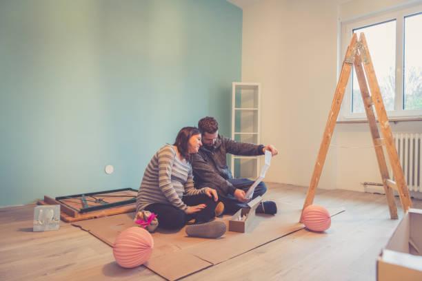 Schwangere paar in ein neues Zuhause – Foto