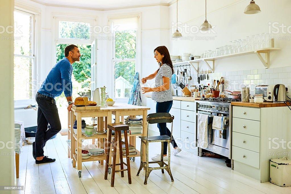Pregnant couple preparing breakfast royaltyfri bildbanksbilder