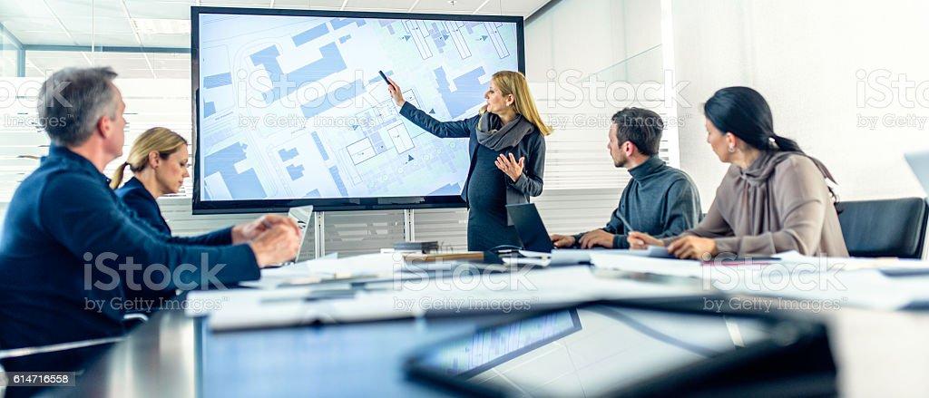 Pregnant female architect having a presentation – Foto
