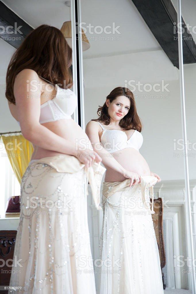 Schwangere Mädchen Versucht Hochzeit Kleid Auf Stock-Fotografie und ...