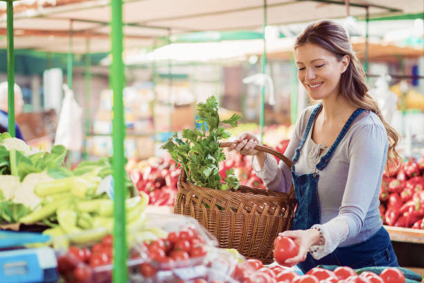 glücklich schwangere einkaufen auf dem bauernmarkt - latzhose für schwangere stock-fotos und bilder