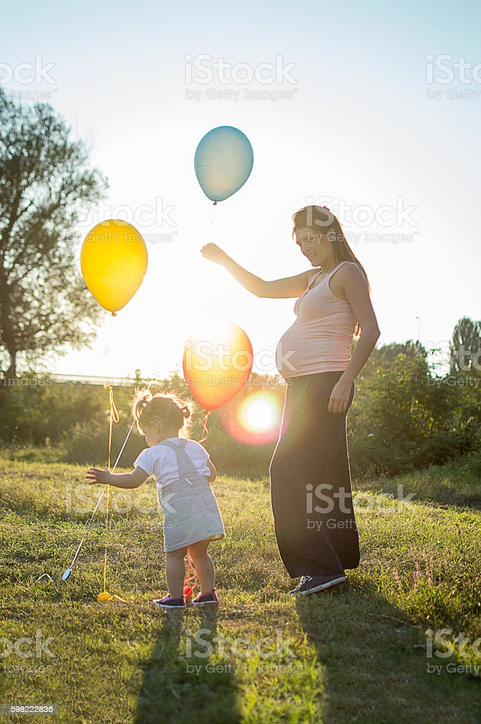 Pregnant Mom and daughter in nature foto royalty-free