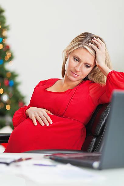 incinta madre preoccupata per le finanze per natale - holiday and invoice family foto e immagini stock