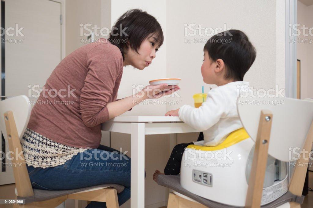 妊娠中の母親の栄養子 ストックフォト