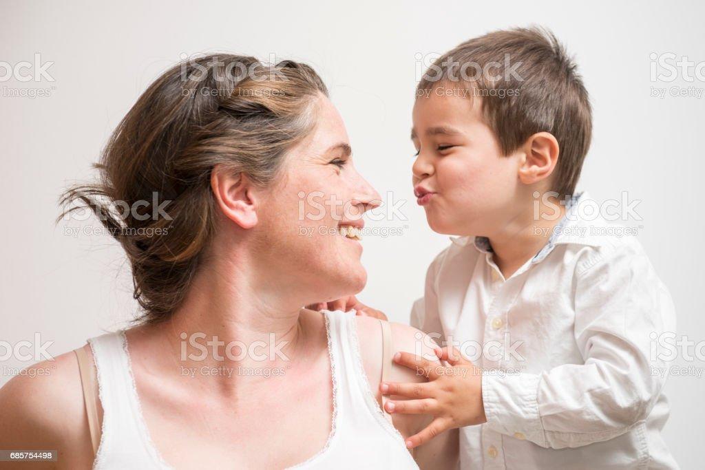 gravid mamma leker med hennes unge son royaltyfri bildbanksbilder